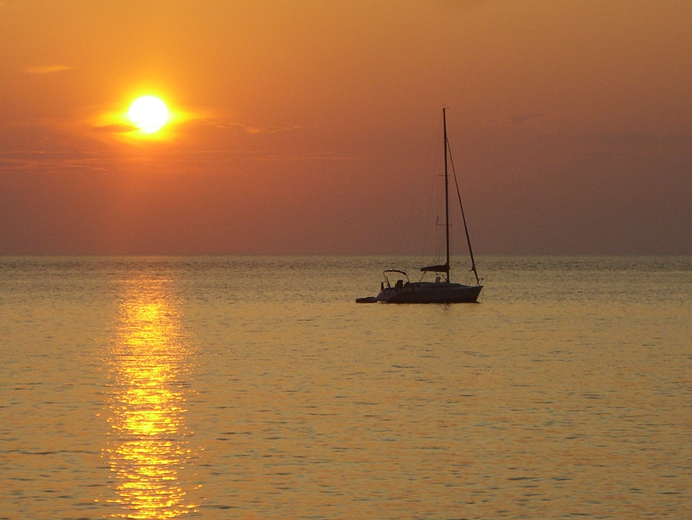 corsica-sunset-boat-and-sun-anna-dufour